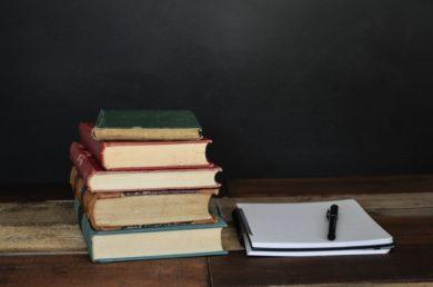 本が積まれている机